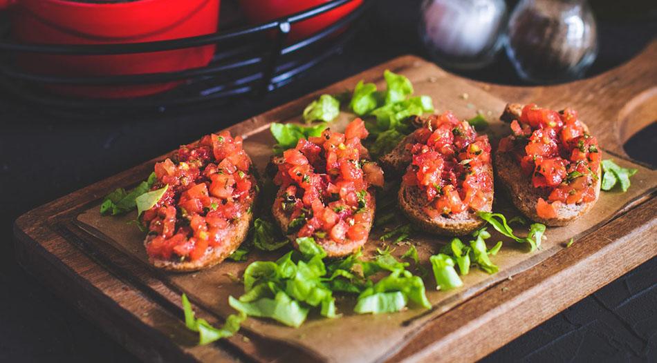 Crostoni con Olive e pomodori ricetta